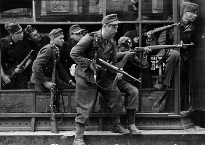 Солдаты зондер-полка СС «Дирлевангер» во время подавления Варшавского восстания.