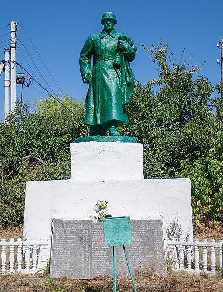 с. Буки Маньковского р-на. Памятник у плотины ГЭС, установленный на братской могиле советских воинов.