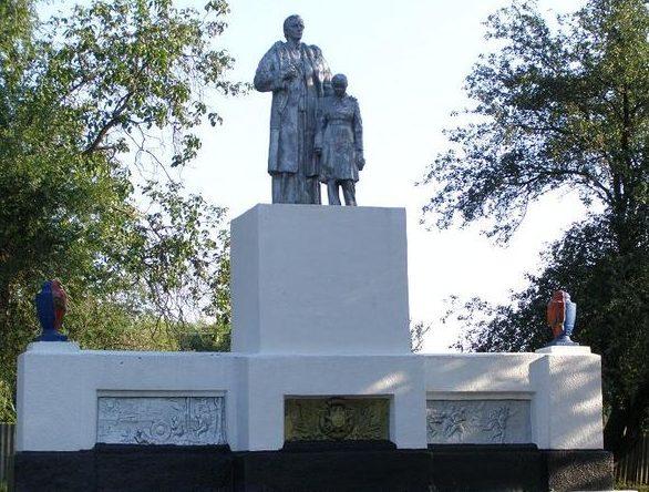 с. Водяное Синельниковского р-на. Памятник, установленный на братской могиле, в которой похоронено 18 воинов, в т.ч. 17 неизвестных, погибших в боях за село.