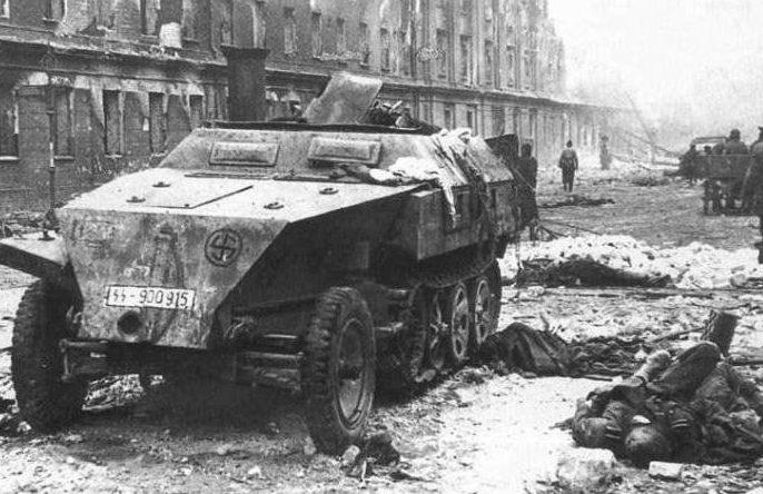 Немецкий бронетранспортер на улице освобожденной Риги. Октябрь 1944 г.