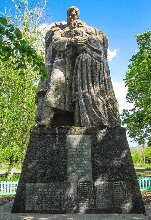 с. Буки Маньковского р-на. Памятник воинам-односельчанам.