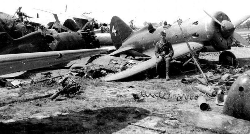 Неисправные самолёты, оставленные на аэродроме Каунаса. 22 июня 1941 г.