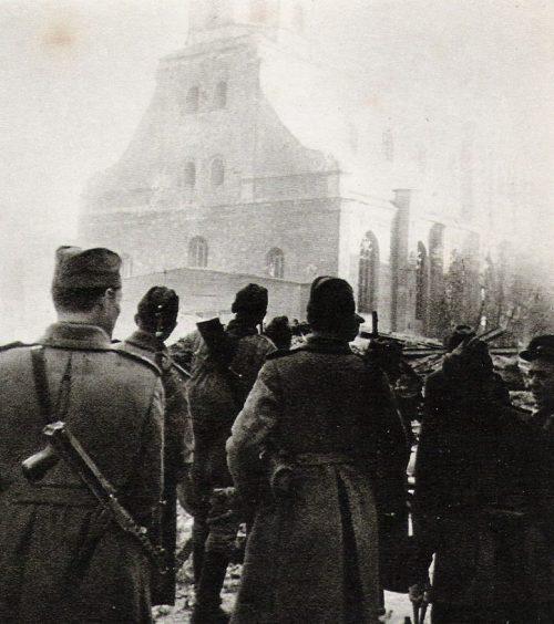 Советские солдаты на улицах Риги. Октябрь 1944 г.