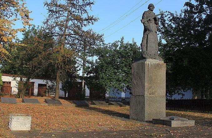 г. Каменка. Памятник у группы могил советских воинов.