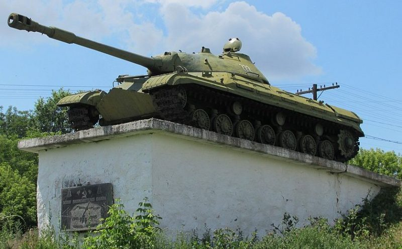 с. Буки Маньковского р-на. Памятник-танк советским воинам.