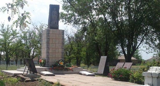 с. Жовтневое Софиевского р-на. Братская могила воинов, погибших в боях за поселок и памятный знак погибшим землякам.