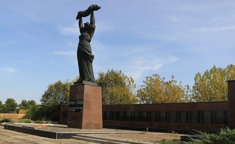 с. Валява Городищенского р-на. Мемориальный комплекс в честь советских воинов и односельчан.
