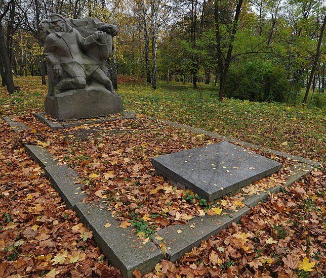 г. Каменка. Памятник, установленный на братской могиле красноармейцев и чекистов.