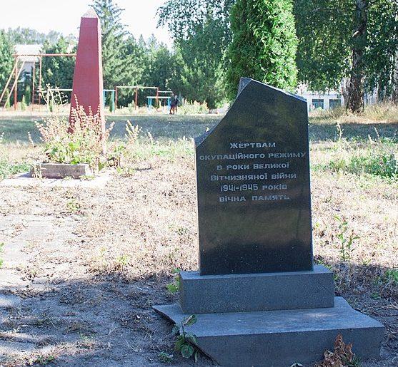 с. Буки Маньковского р-на. Памятный знак жертвам оккупации и братская могила.