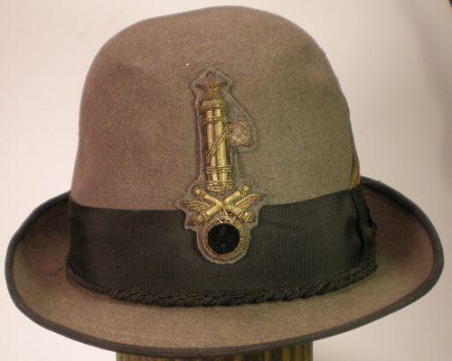 Шляпа военнослужащих береговой артиллерии.