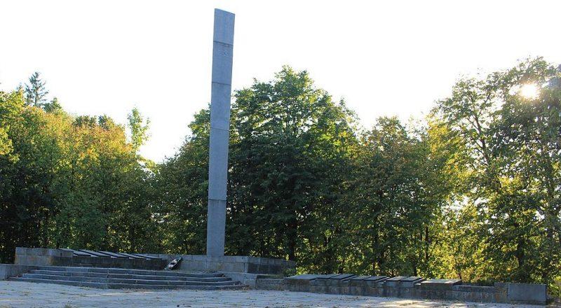 с. Вербовка Городищенского р-на. Мемориал в честь советских воинов и односельчан.