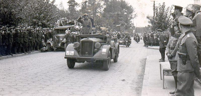Церемония вывода немецких войск из Бреста, передаваемого Красной Армии. На трибуне - немецкий генерал Хайнц Гудериан и советский комбриг Семён Кривошеин. 22 сентября 1939 года.