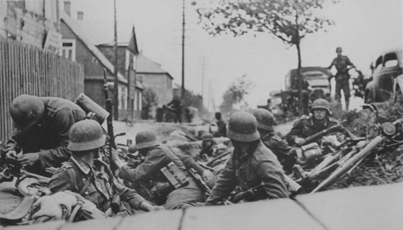 Немецкие солдаты в бою за Каунас. 23 июня 1941 г.