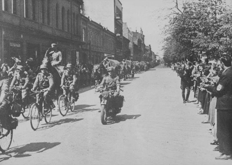 Жители Каунаса приветствуют колонну немецких войск. 24 июня 1941 г.