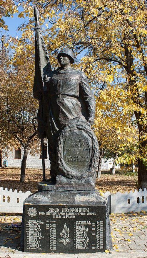с. Добра Маньковского р-на. Памятник, установленный на братской могиле советских воинов.