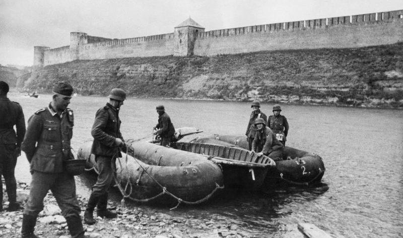 Немецкие саперы начинают наведение понтонной переправы через Нарву. Август 1941 г.