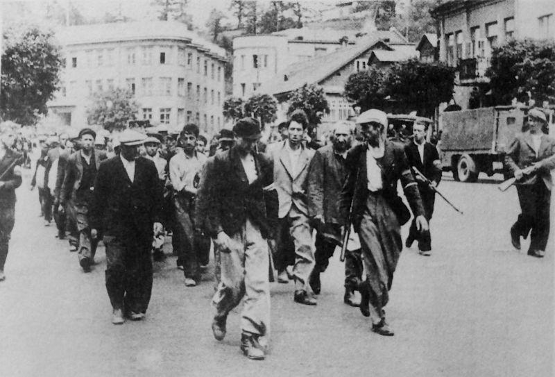 Литовские полицейские конвоируют евреев по Каунасу. Июнь 1941 г.