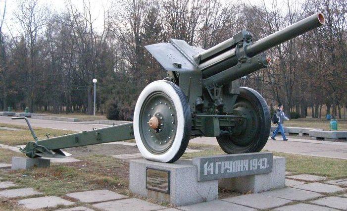 г. Черкассы. Памятный знак воинам 254 стрелковой дивизии в парке Победы.