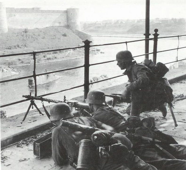 Немецкие войска занимают Нарву. 20 августа 1941 г.