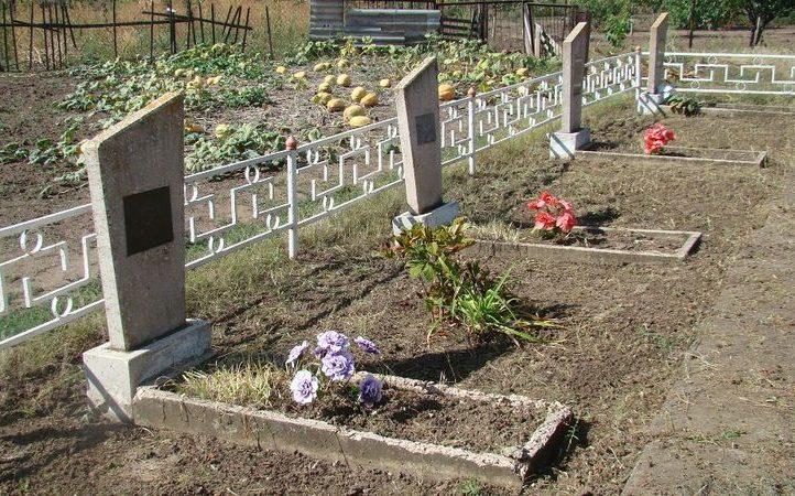 п. Лошкаревка Софиевского р-на. 12 могил воинов, в т.ч. 10 безымянных, погибших в боях за село.
