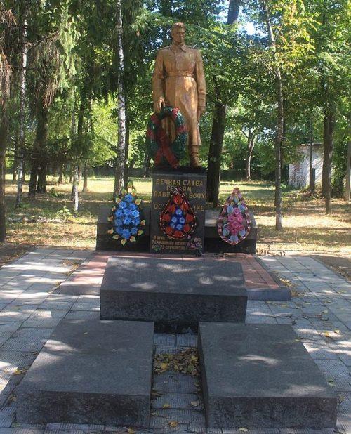 г. Городище. Памятник, установленный на братской могиле воинов-освободителей.