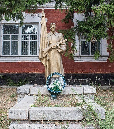 с. Иваньки Маньковского р-на. Памятник у сахарного завода, установленный на братской могиле советских воинов.
