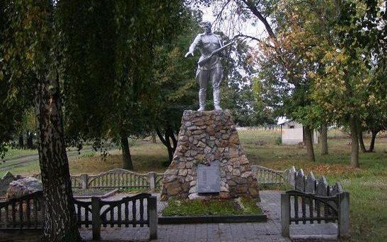 с. Зайцево Синельниковского р-на. Памятник, установленный на братской могиле, в которой похоронено 220 советских воинов, в т.ч. 208 неизвестных, погибших в боях за село.