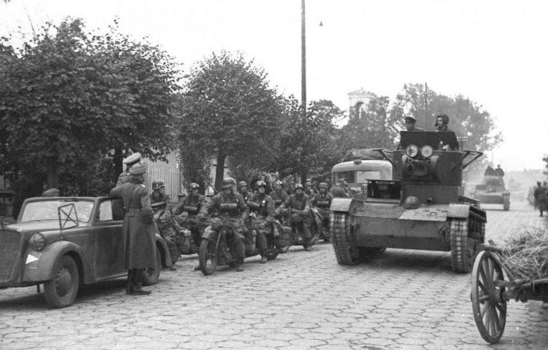 Советская танковая колонна проходит мимо группы стоящих немецких мотоциклистов. 22 сентября 1939 года.