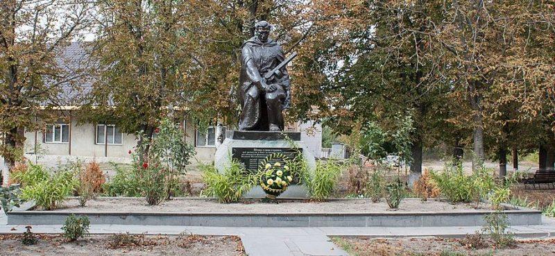 с. Иваньки Маньковского р-на. Памятник, установленный на братской могиле советских воинов.