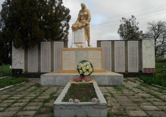 с. Марье-Дмитриевка Софиевского р-на. Памятник, установленный на братской могиле, в которой похоронен 121 советский воин, погибший в боях за село и памятный знак погибшим односельчанам.