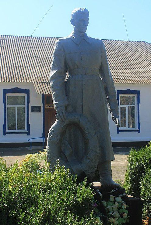 с. Дырдин Городищенского р-на. Памятник у школы, установленный на братской могиле советских воинов.
