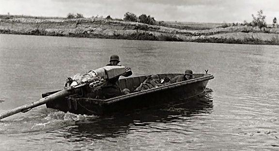Немецкая моторная лодка на реке Нарва. Лето 1941 г.