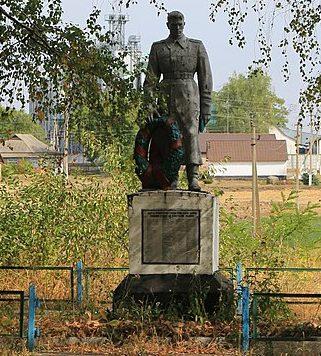 с. Журавка Городищенского р-на. Памятник у школы, установленный на братской могиле советских воинов.