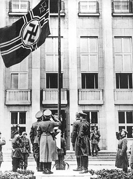 Гудериан и Кривошеин под нацистским флагом со свастикой. 22 сентября 1939 года.