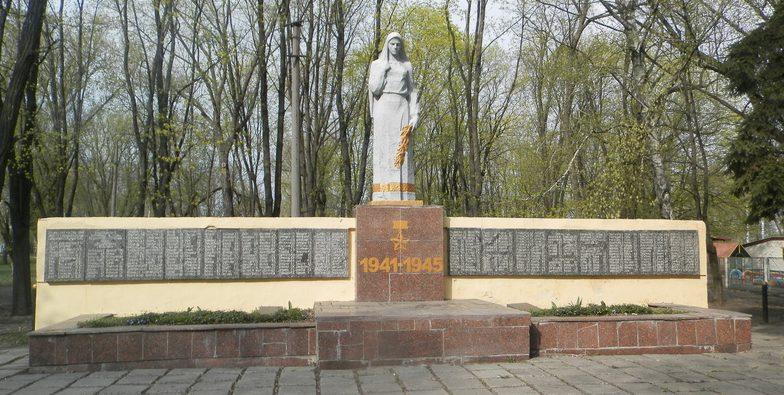 п. Илларионово Синельниковского р-на. Мемориал, установленный на братской могиле воинов, погибших в боях за поселок и памятный знак погибшим землякам.