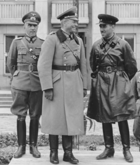 Гудериан и Кривошеин. Слева - генерал Мориц фон Викторин. 22 сентября 1939 года.