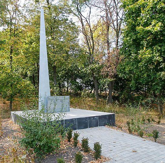 с. Олянино Каменского р-на. Обелиск, установленный на братской могиле советских воинов.