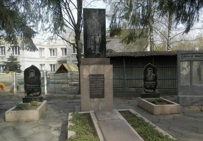 п. Илларионово Синельниковского р-на. Памятники, установленные на братской могиле воинов, погибших в боях за поселок.