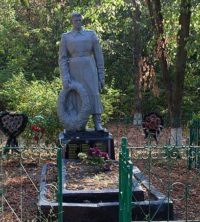 с. Калиновка Городищенского р-на. Памятник у школы, установленный на братской могиле советских воинов.