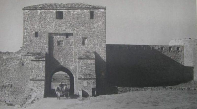Главные ворота Белгород-Днестровской крепости. 1944 г.