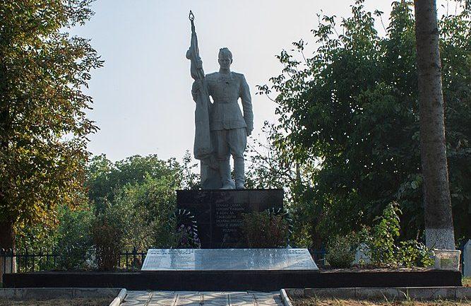 с. Кищенцы Маньковского р-на. Памятник, установленный на братской могиле советских воинов.