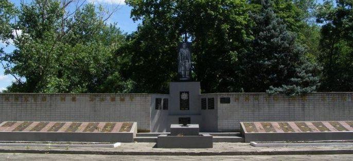 с. Кислянка Синельниковского р-на. Памятник, установленный на братской могиле воинов, погибших в боях за село и памятный знак погибшим односельчанам.