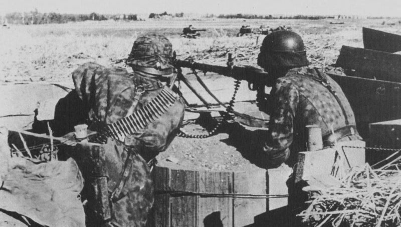 Расчет пулемета MG-34 из состава войск СС на позиции в районе Нарвы. Июль 1944 г.