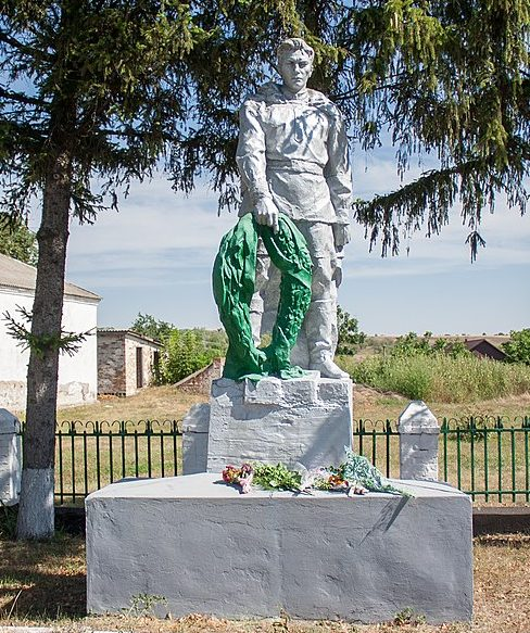 с. Крачковка Маньковского р-на. Памятник, установленный на братской могиле советских воинов.