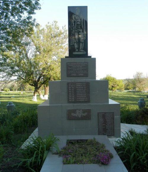 с. Лубянка Синельниковского р-на. Братская могила воинов, погибших в боях за село и памятный знак погибшим односельчанам.