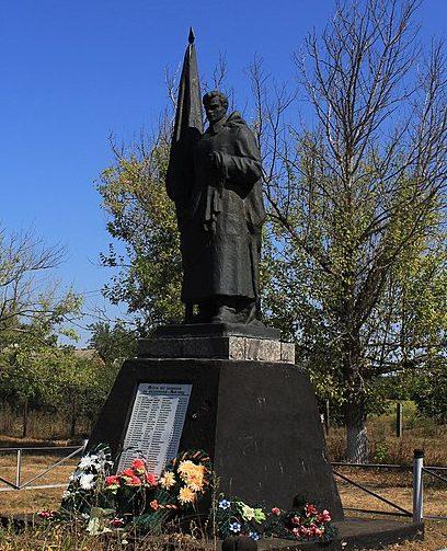 с. Райгород Каменского р-на. Памятник, установленный на братской могиле воинов, погибших в боях за село.