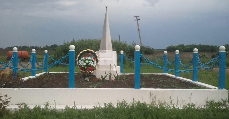 с. Новохортица Софиевского р-на. Обелиск, установленный на братской могиле, в которой похоронено 17 советских воинов, погибших в боях за село.