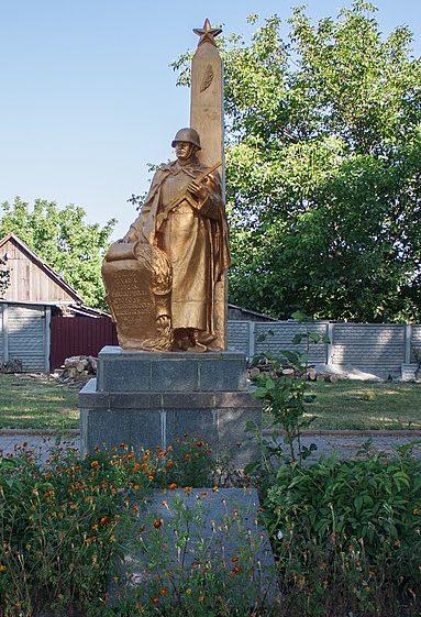 с. Кривец Маньковского р-на. Памятник, установленный на братской могиле советских воинов.