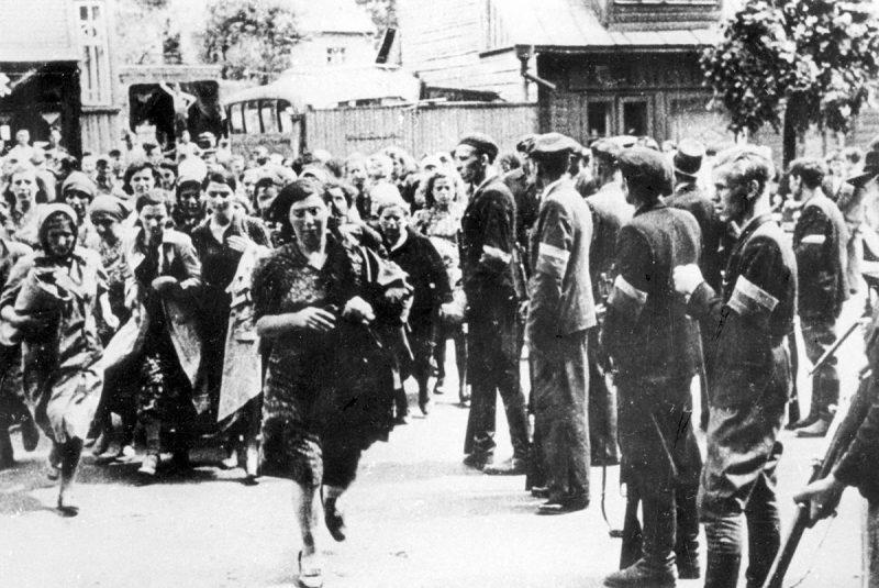 Литовская полиция уводит евреев на расстрел в Седьмой форт старой каунасской крепости. Июнь 1941 г.