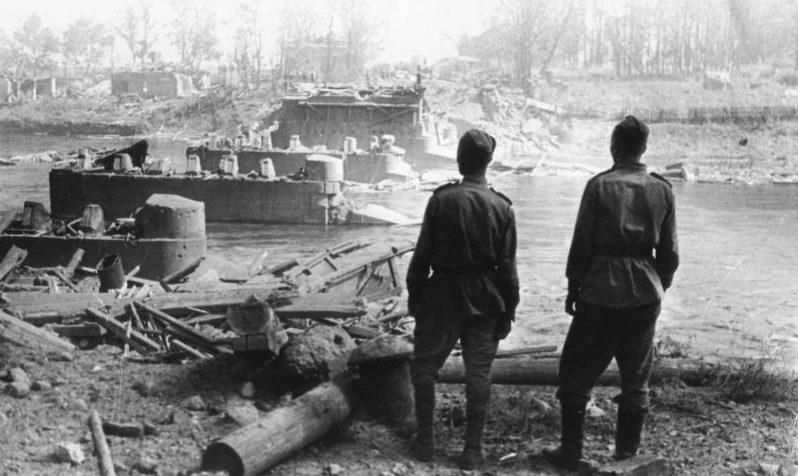 Красноармейцы у взорванного моста. Июль 1944 г.